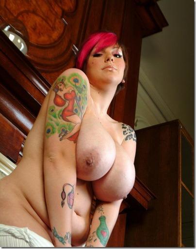 dors-feline-squeezing-her-impressive-knockers